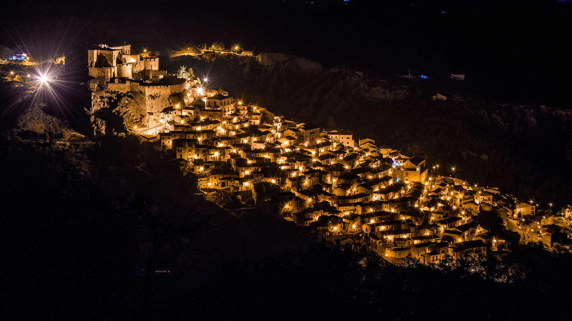 Castello Svevo di Rocca Imperiale - vista panoramica notturna del centro storico
