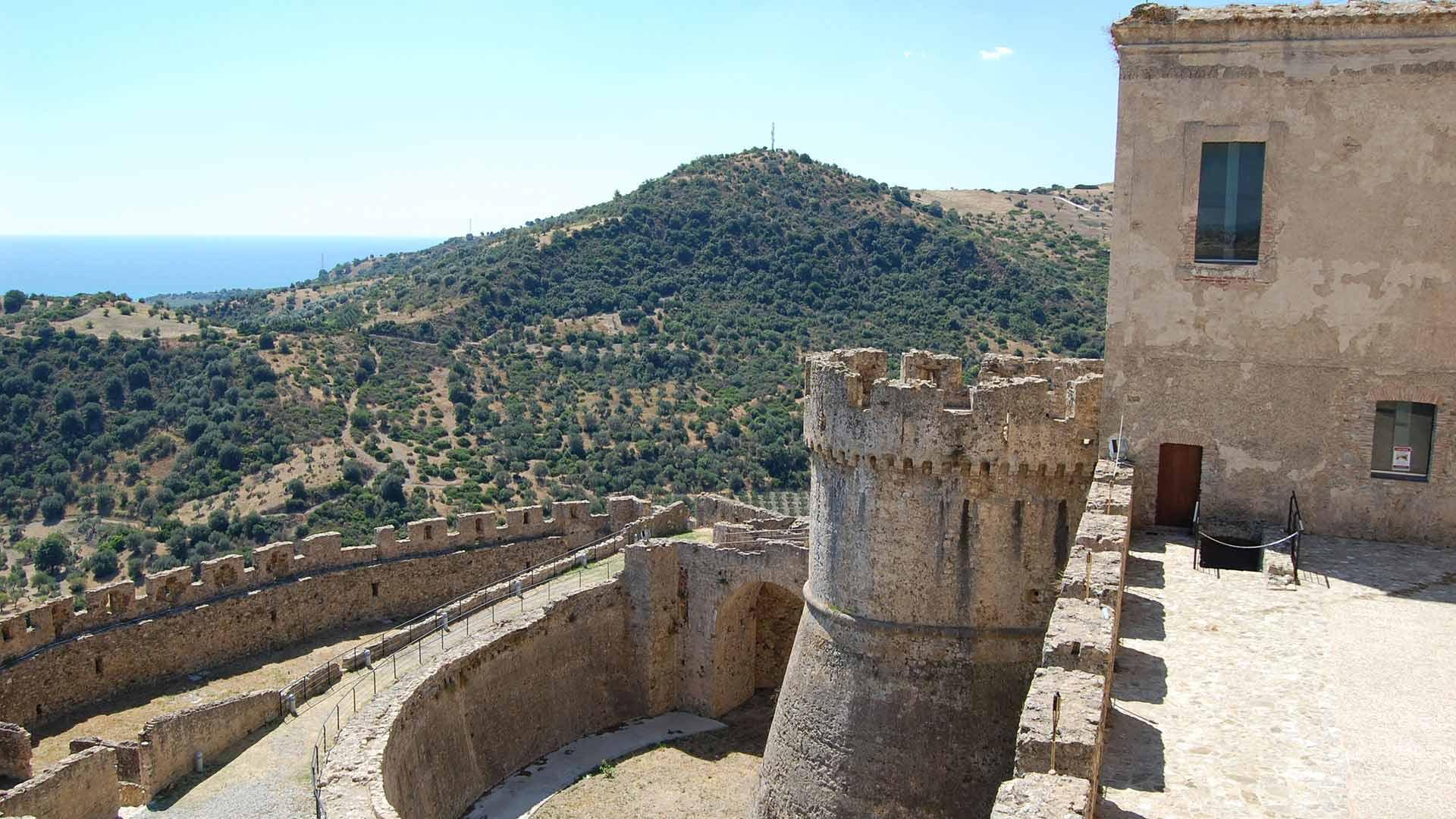 Castello Svevo di Rocca Imperiale - Vista della torre sud-est da Piazza d'Armi