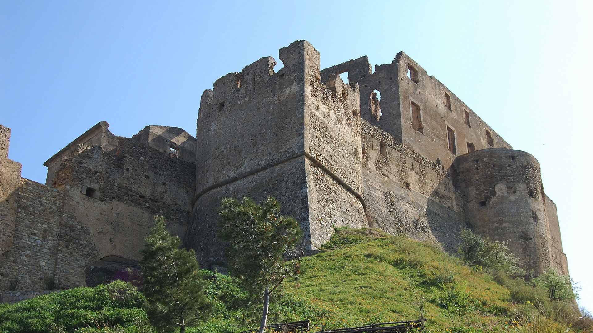 Castello Svevo di Rocca Imperiale - vista dalla strada sottostante il castello