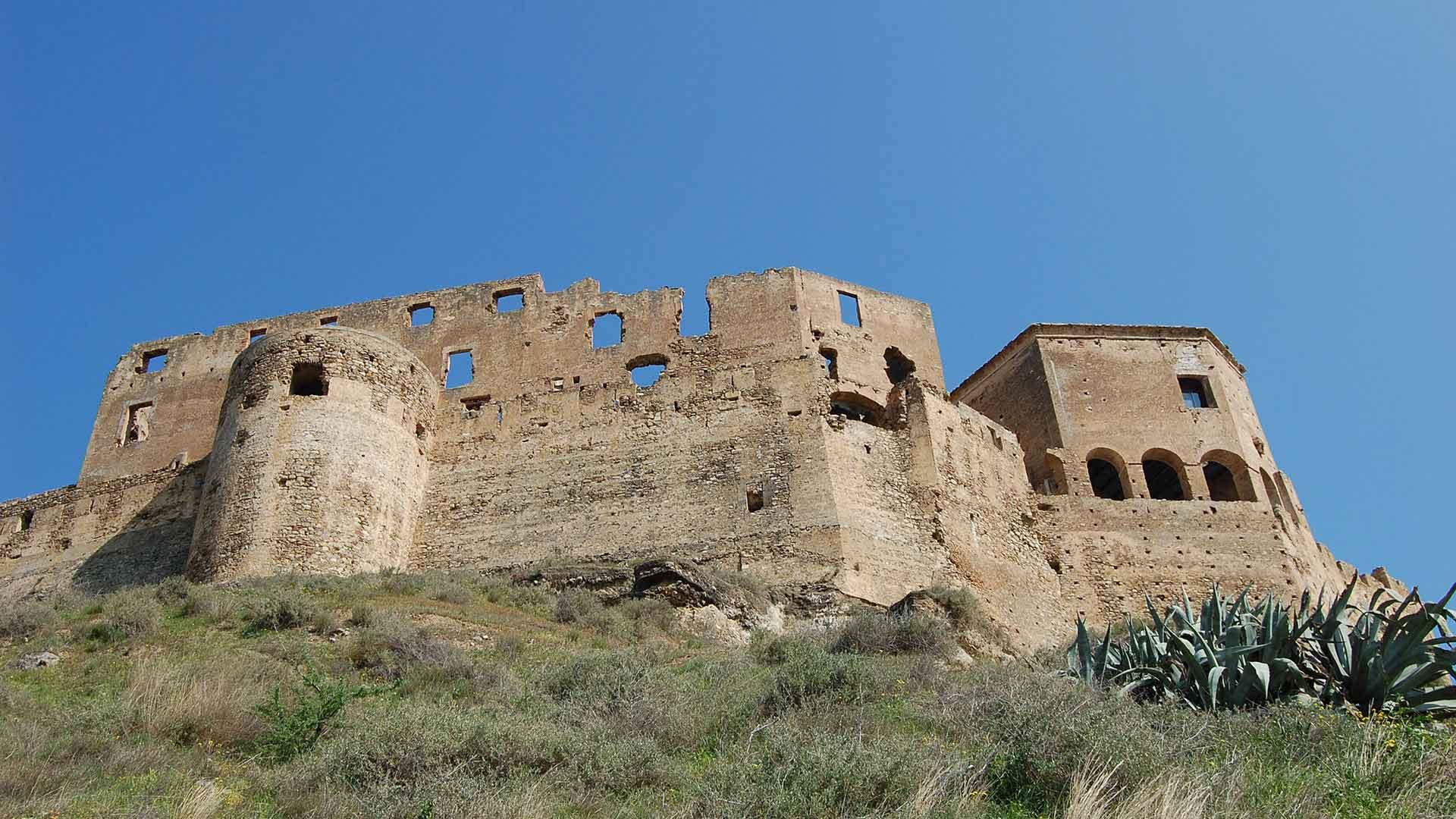 Castello Svevo di Rocca Imperiale - prospettiva dal basso