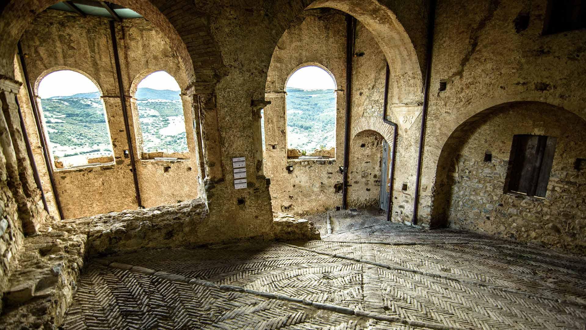 Castello Svevo di Rocca Imperiale - ingresso principale del castello lato torre sud-est